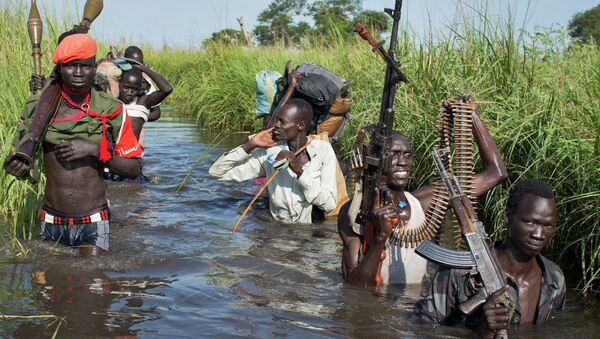 Rebel soldiers guard the village of Majieng, in South Sudan, Sept. 20, 2014 - Sputnik Mundo
