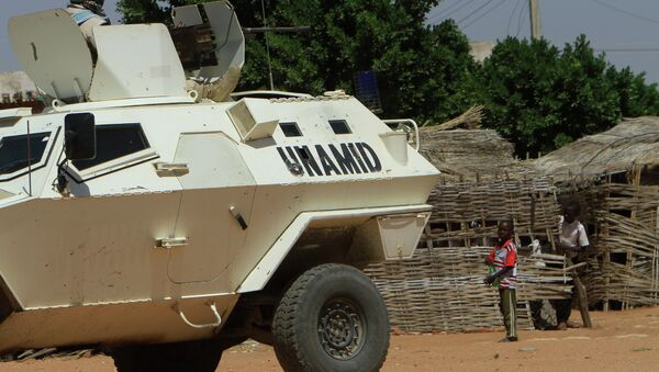 A UN-African Union mission to Darfur (UNAMID) vehicle patrols a street in the city of Nyala in Sudan's Darfur - Sputnik Mundo