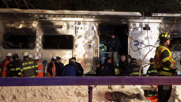 Emergency workers stand in and around a burnt Metropolitan Transportation Authority (MTA) Metro North Railroad commuter train near the town of Valhalla, New York, February 3, 2015. - Sputnik Mundo
