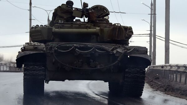 A tank drives in the center of the eastern city of Donetsk - Sputnik Mundo