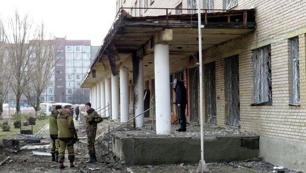 Members of the armed forces of the separatist self-proclaimed Donetsk People's Republic gather outside a hospital, which according to locals was damaged by shelling, in Donetsk February 4, 2015 - Sputnik Mundo