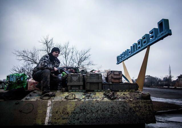 Militar ucraniano en la entrada del pueblo Debáltsevo