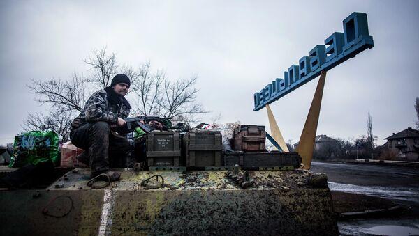 Militar ucraniano en la entrada del pueblo Debáltsevo - Sputnik Mundo