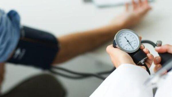Doctor measuring patient's blood pressure - Sputnik Mundo