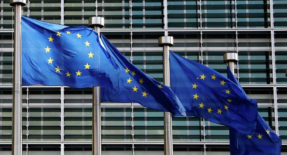 Banderas de la UE frente a la sede de la Comisión Europea en Bruselas