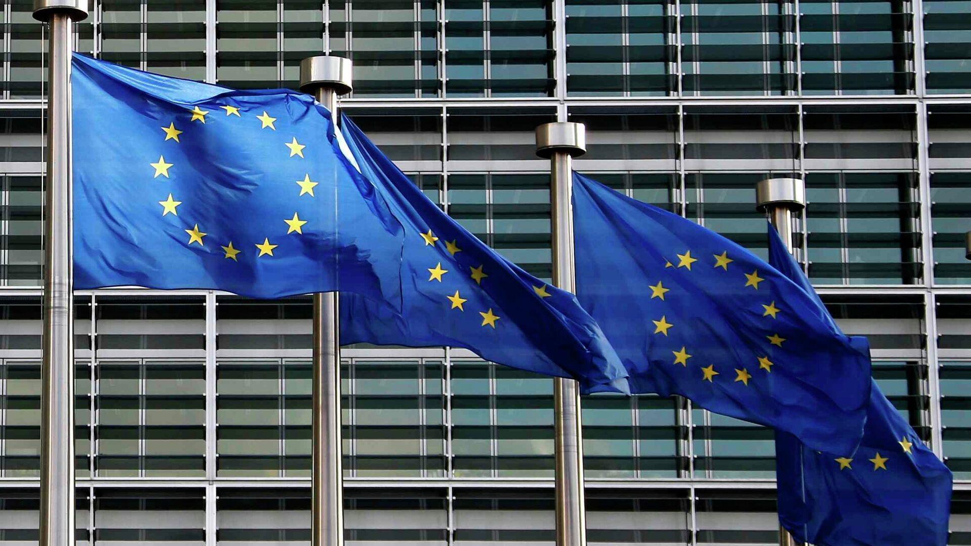 Banderas de la UE frente a la sede de la Comisión Europea en Bruselas - Sputnik Mundo, 1920, 19.07.2021