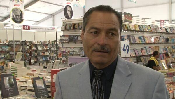 Мексиканский журналист Моисес Бийеда презентует свою книгу - Sputnik Mundo