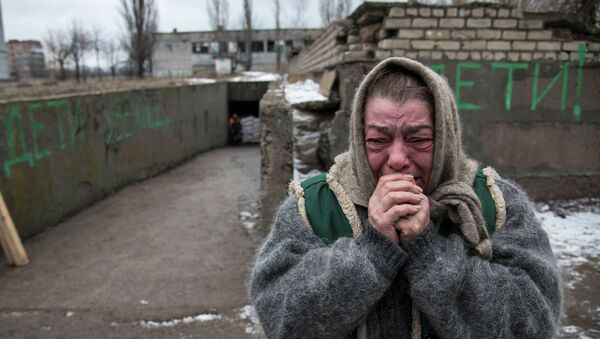 Woman reacts as her acquaintances flee due to a military conflict in Debaltseve - Sputnik Mundo