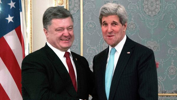 U.S. Secretary of State John Kerry (R) with Ukraine's President Petro Poreshenko (L) during a bilateral meeting in Kiev, February 5, 2015 - Sputnik Mundo