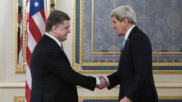 Meeting of Ukraine's President Pyotr Poroshenko and US Secretary of State John Kerry - Sputnik Mundo