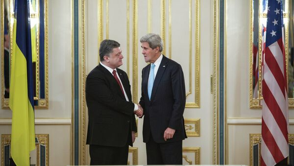 Presidente de Ucrania, Petró Poroshenko y Secretario de EEUU, John Kerry - Sputnik Mundo