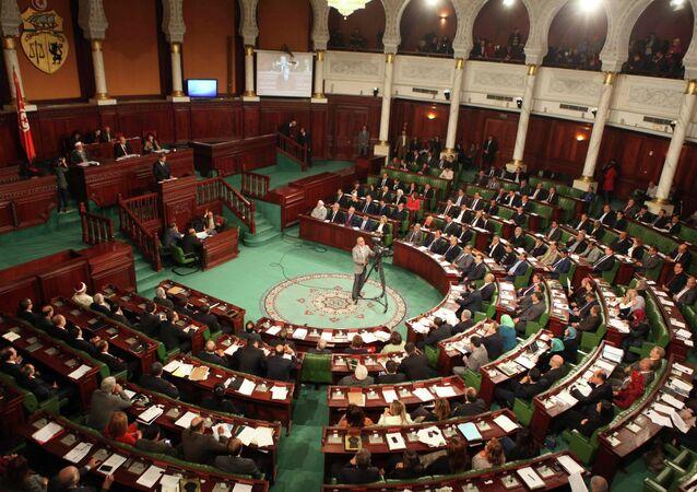 Primer ministro del Túnez Habib Essid habla ante el parlamento