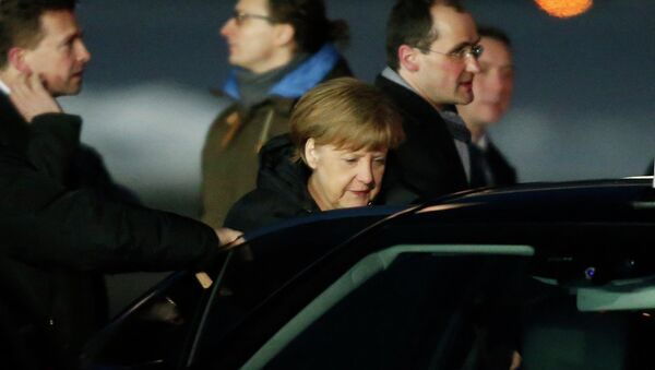 German Chancellor Angela Merkel gets into a car upon her arrival at Moscow's Vnukovo airport February 6, 2015. - Sputnik Mundo
