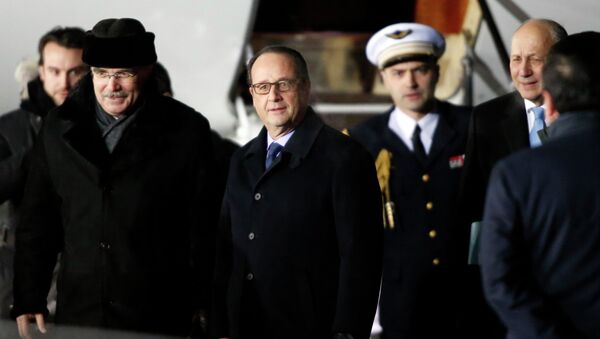 French President Francois Hollande at Moscow's Vnukovo airport February 6, 2015 - Sputnik Mundo