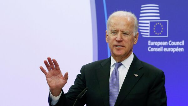U.S. Vice President Joe Biden talks to the media ahead of his meeting with European Council President Donald Tusk (not pictured) in Brussels February 6, 2015 - Sputnik Mundo