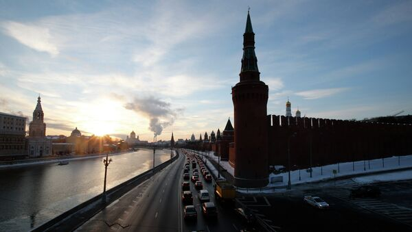 Vehicles travel along the embankment of the Moskva river past the Kremlin during sunset in the capital Moscow February 6, 2015 - Sputnik Mundo