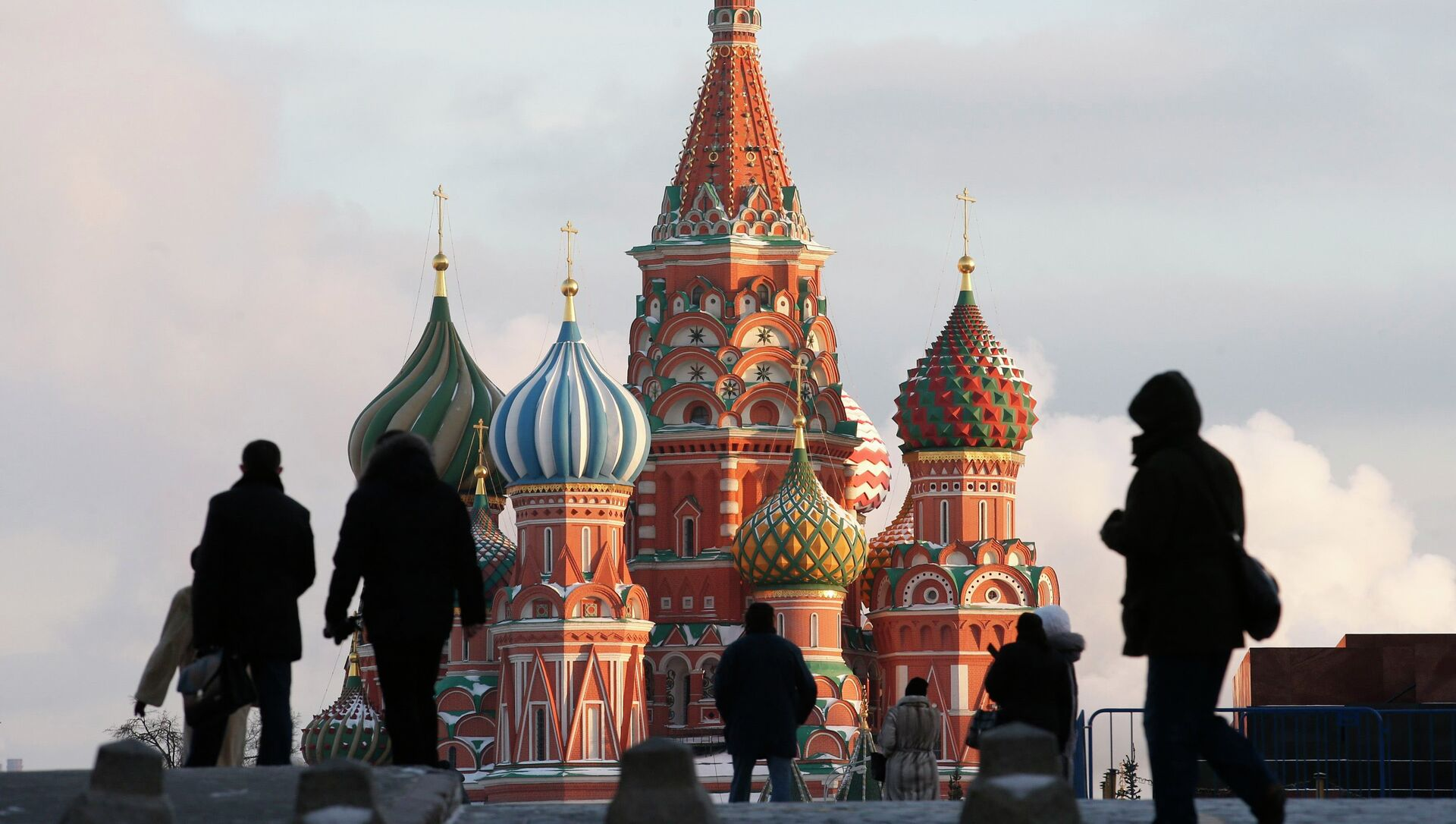 People walk in Red Square, with St. Basil's Cathedral seen in the background, in central Moscow February 6, 2015 - Sputnik Mundo, 1920, 01.02.2021