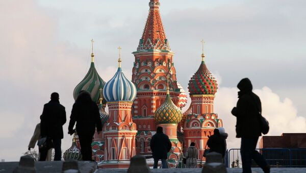People walk in Red Square, with St. Basil's Cathedral seen in the background, in central Moscow February 6, 2015 - Sputnik Mundo