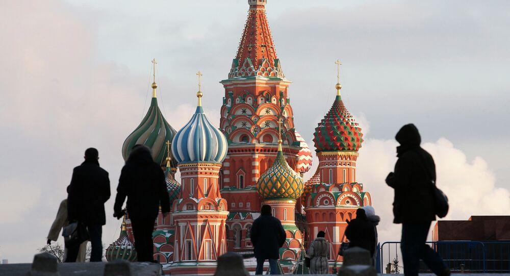 La gente pasea por la Plaza Roja en Moscú