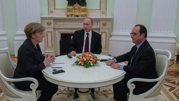 Президент России Владимир Путин, Федеральный канцлер Германии Ангела Меркель и президент Франции Франсуа Олланд (справа) во время встречи в Кремле. 6 февраля 2015 - Sputnik Mundo