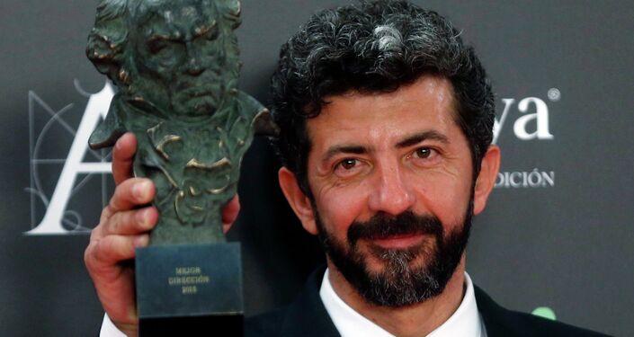 Alberto Rodríguez, director de La isla mínima con su premio por la mejor dirección