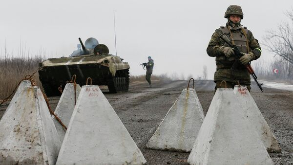 Ukrainian servicemen keep watch at no-man's land outside Debaltseve, Donetsk region February 6, 2015 - Sputnik Mundo