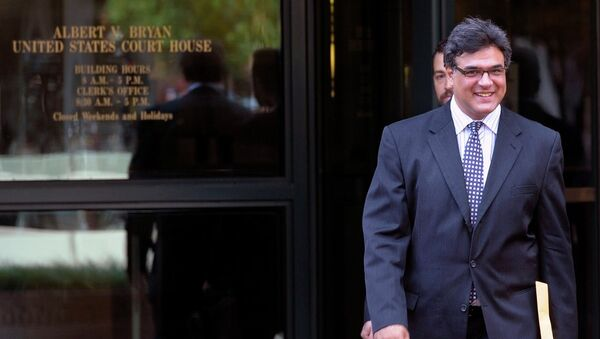 Former CIA officer John Kiriakou leaves U.S. District Courthouse in Alexandria, Va., Tuesday, Oct. 23, 2012, after pleading guilty, in a plea deal, to leaking the names of covert operatives to journalists. - Sputnik Mundo