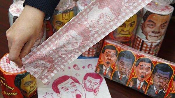 Hong Kong Democratic Party Vice Chairman Lo Kin-hei shows off rolls of toilet paper and packages of tissue paper printed with images of pro-Beijing Hong Kong Chief Executive Leung Chun-ying at his office in Hong Kong - Sputnik Mundo