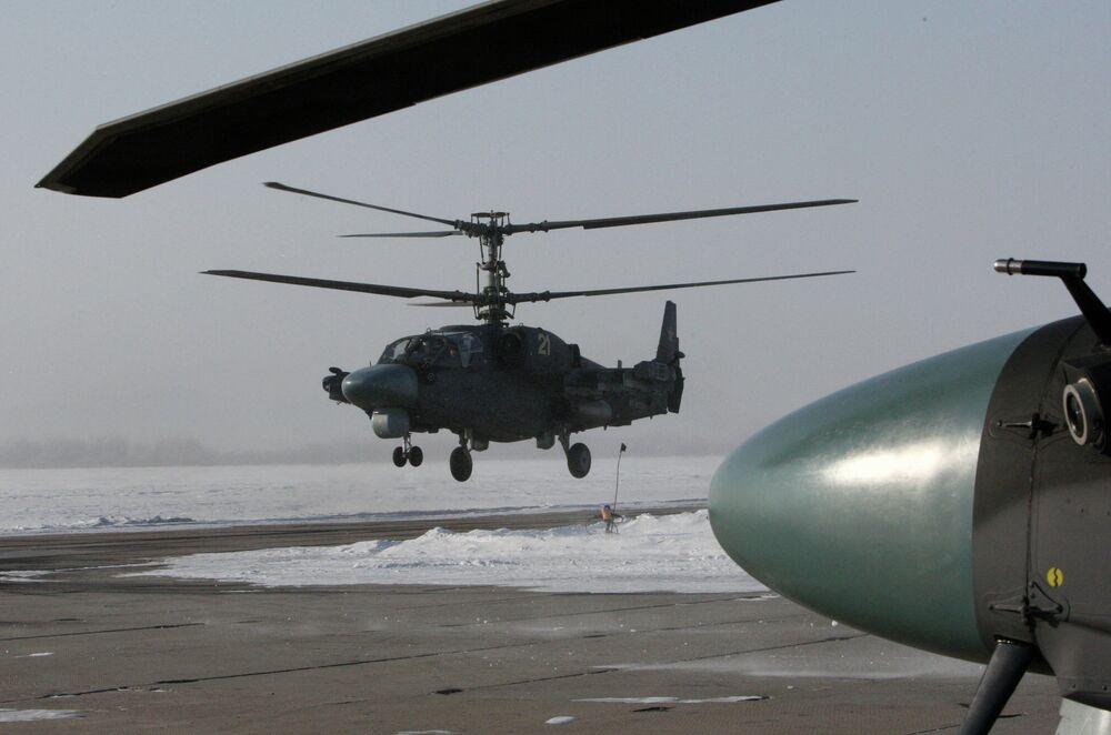 Un helicóptero Ka-52 Alligator durante el vuelo de entrenamiento en la base aérea Chernígovka en el Territorio de Primorie