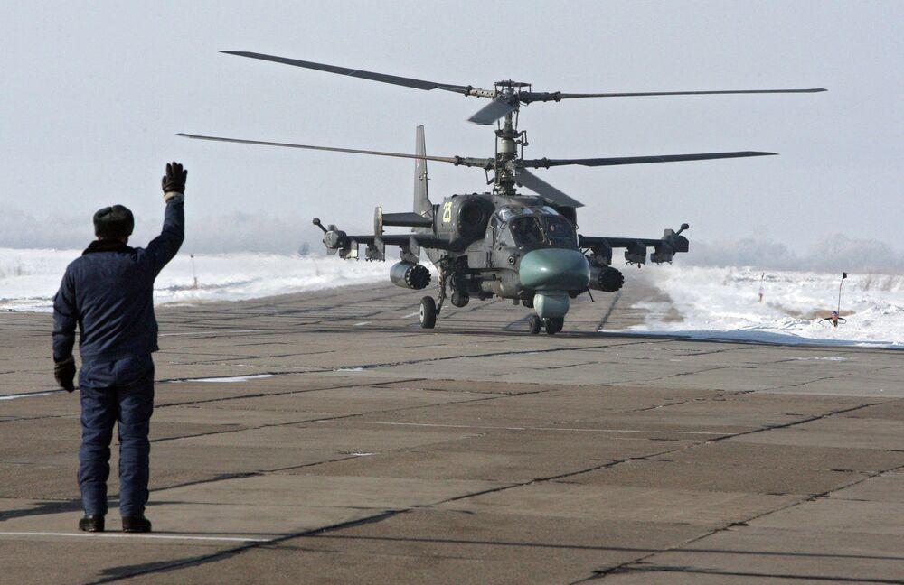 Un helicóptero de combate Ka-52 Alligator antes de un vuelo de entrenamiento en la base aérea Chernígovka en el Territorio de Primorie