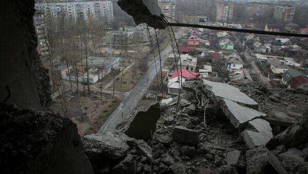 Вид на город Донецк из квартиры, пострадавшей в результате обстрела города - Sputnik Mundo