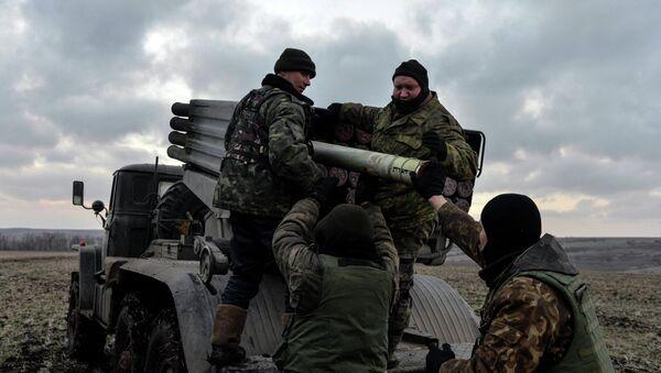 Ukrainian servicemen load Grad rockets outside Debaltseve, February 8, 2015 - Sputnik Mundo