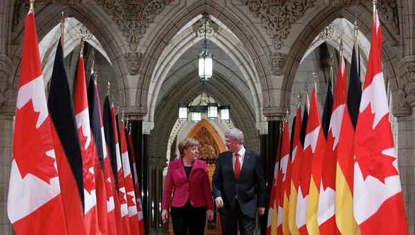 Canada's Prime Minister Stephen Harper (R) walks in the Hall of Honour with German Chancellor Angela Merkel on Parliament Hill in Ottawa February 9, 2015 - Sputnik Mundo