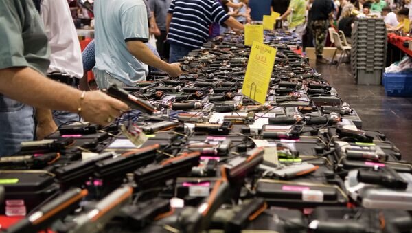 Gun sales boom in the more recent months as a result of the surge in violence in America. - Sputnik Mundo