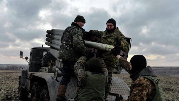 Militares ucranianos cargan cohetes Grad, Debáltsevo, 8 de febrero, 2015 - Sputnik Mundo