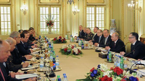 Президент России Владимир Путин и президент Египта Абдель Фаттах Ас-Cиси во время российско-египетских переговоров в Каире - Sputnik Mundo