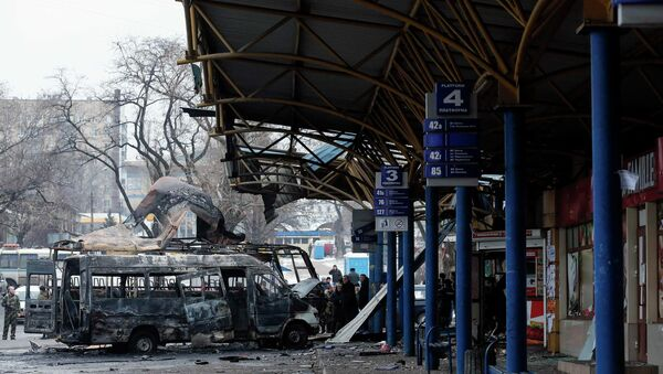 People stand around destroyed vehicles at a bus station after shelling in Donetsk, - Sputnik Mundo