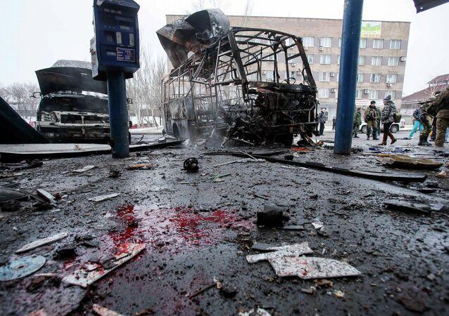 Vehículos destruidos en una estación de autobuses después de los bombardeos de Donetsk,11 de febrero, 2015
