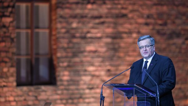 Poland's President Bronislaw Komorowski delivers a speech at a tent erected in front of the entrance of the former Nazi concentration camp Auschwitz-Birkenau during the main ceremony to mark the 70th anniversary of the liberation of the death camp on January 27, 2015 in Oswiecim, Poland. - Sputnik Mundo