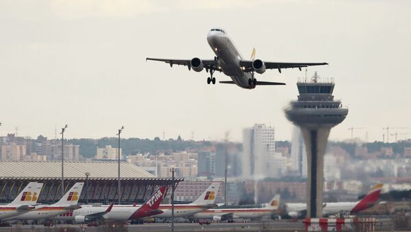 An airplane takes off at Adolfo Suarez Barajas airport in Madrid February 10, 2015 - Sputnik Mundo