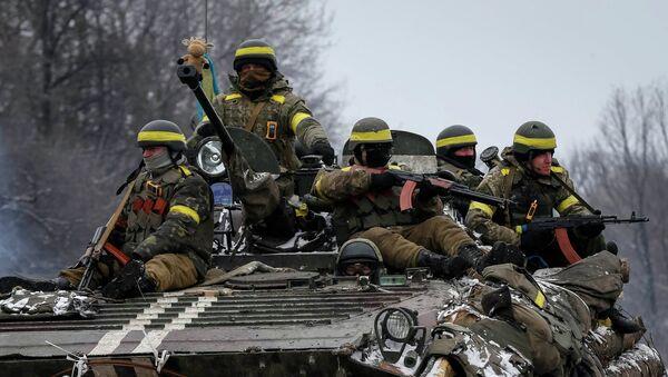 Ukrainian armed forces ride on an armoured personnel carrier (APC) near Debaltseve, February 10, 2015 - Sputnik Mundo
