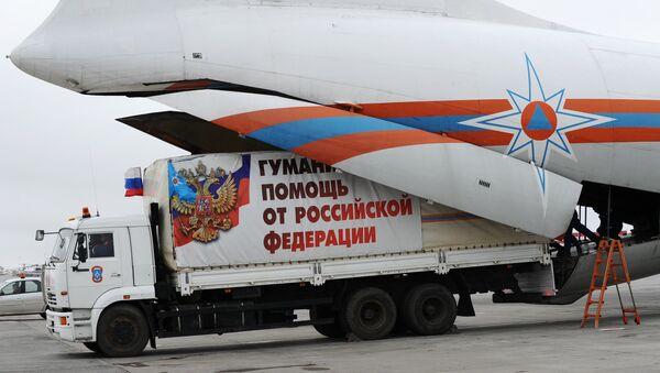 Разгрузка гуманитарной помощи в аэропорту Ростова-на-Дону - Sputnik Mundo