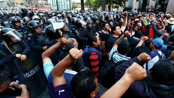 Maestros ponen fin a tres días de ocupación de una arteria de Ciudad de México - Sputnik Mundo