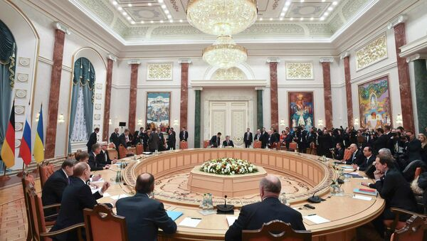 Members of delegations from Russia, Ukraine, Germany and France take part in peace talks on resolving the Ukrainian crisis in Minsk, February 11, 2015 - Sputnik Mundo