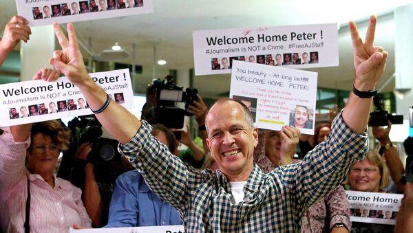 Australian journalist Peter Greste gestures upon his return home at Brisbane International Airport, early February 5, 2015 - Sputnik Mundo