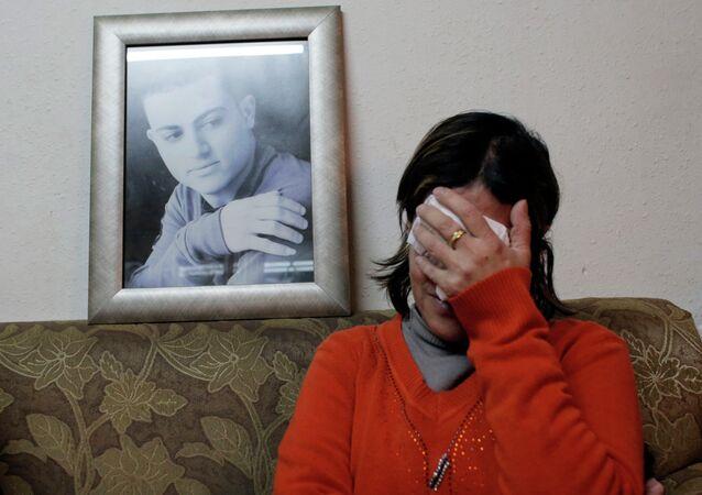 La madre de Said Ismahil Musalam con una foto de su hijo