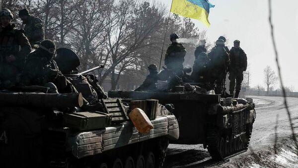 Members of the Ukrainian armed forces ride on armoured personnel carriers (APC) near Debaltseve, eastern Ukraine, February 12, 2015 - Sputnik Mundo