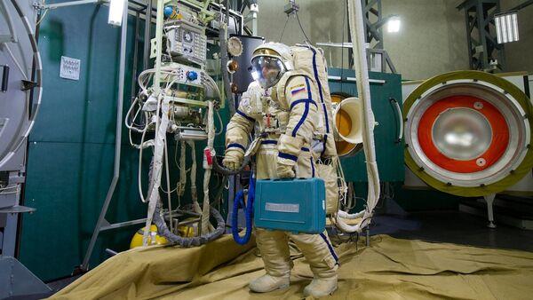 Cosmonauta ruso en el simulador Vijod-2 - Sputnik Mundo