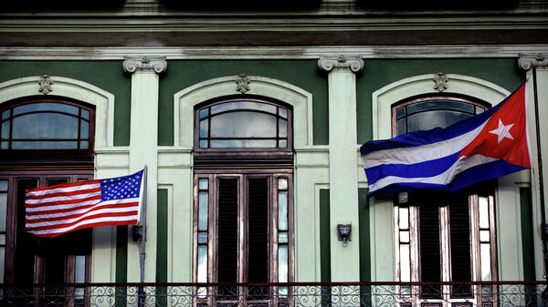 A Cuban and US flag wave from the balcony of the Hotel Saratoga in Havana - Sputnik Mundo