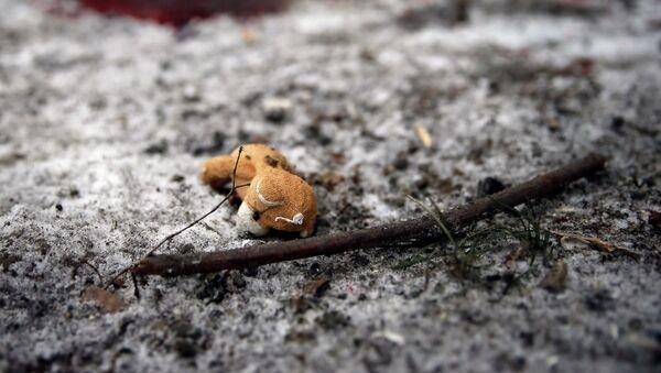 Osito de peluche en el lugar del bombardeo en Kramatorsk, este de Ucrania, 10 de febrero 2015 - Sputnik Mundo